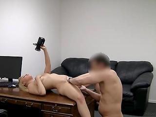 Задорная блондинка увлечённо занялась обработкой крепкого пениса на кастинге