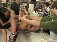 Во время праздничного секса смелую девушку вымазали в креме из торта и спермы