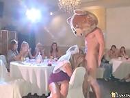 Парень-плюшевый мишка угощает членом всех девушек, собравшихся на праздник 10