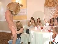 Парень-плюшевый мишка угощает членом всех девушек, собравшихся на праздник 11