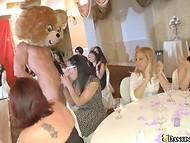 Парень-плюшевый мишка угощает членом всех девушек, собравшихся на праздник 5