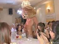 Парень-плюшевый мишка угощает членом всех девушек, собравшихся на праздник 8
