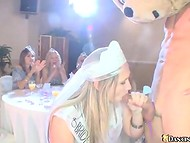Парень-плюшевый мишка угощает членом всех девушек, собравшихся на праздник 9