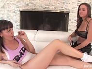 Две милые девушки страстно наслаждаются друг другом на белом диванчике 9