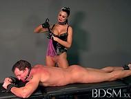 Неповторимая сцена женского доминирования большегрудой Jasmine и её раба
