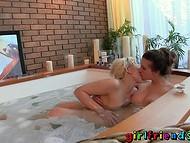 Наполнив горячую ванну с пеной, лесбиянки придались непорочной страсти  9