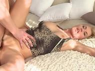 Очаровательная дамочка обожает оральный секс и пенисы молодых парней  7