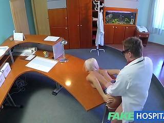 Наглый доктор превысил полномочия, тщательно осматривая тело блондинки