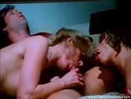 Отличное винтажное групповое порно с участием трёх барышень и одного везучего засранца